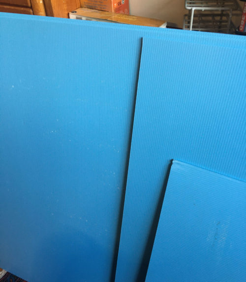 blå plastplader med kanaler
